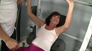 MILF Bella Roxxx gives a hot rim job to her personal trainer