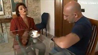 Une italienne expérimentée lèche le cul d'un homme séduisant