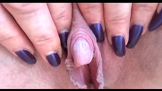 Mature slut plays with her big clit