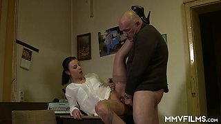 Mature brunette in glasses Bonny Devil gives her head and gets doggy fucked