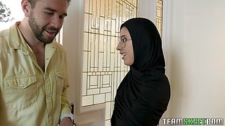 Arab babe Angel Del Rey sucks a cock and swallows cum in glasses