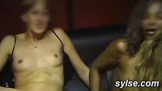 3 amatrices au sexshop: partouze avant le gangbang sport