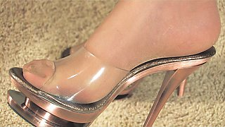 Hot babe shows off her pantyhose-clad feet and gives handjob