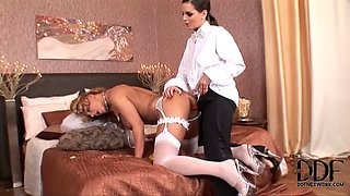 Voracious lesbian slut drills gaping pussy of blond chic