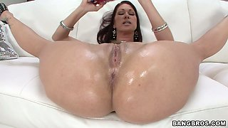Tremendous bootyful babe Tiffany Mynx drills her asshole with dildo