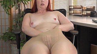 American milf Scarlett spreads her thunder thighs