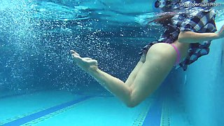 Slender swimmer with juice ass Sazan Chehards gets naked under the water