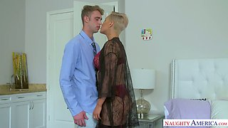 Short haired MILFie sexpot Ryan Keely seduces dude for some random sex