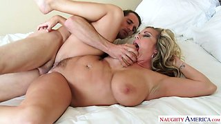 Curvy cougar Amber Lynn Bach finds herself a new prey